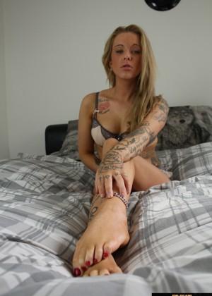 Ступни татуированной англичанки