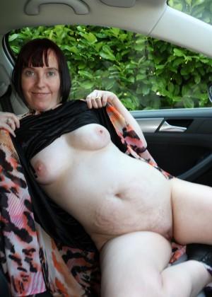 Зрелая британка светит голым телом в машине