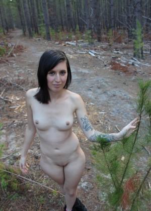 Брюнетка гуляет голенькая в лесу