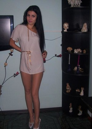 Молодая телка из Болгарии показала голую задницу