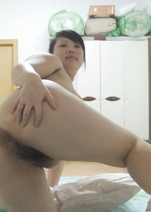 Пухлая китаянка показывает пизду крупным планом