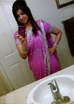Пакистанская студентка делает селфи в ванной