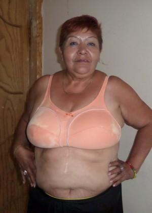 Пожилая толстая мексиканка показывает груди