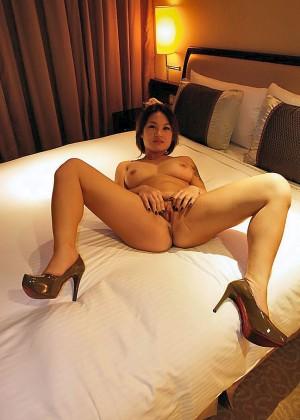 Тайваньская проститутка сосет у меня хуй
