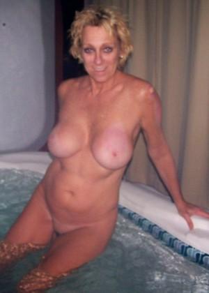 Пожилая американская блондинка с силиконовыми сиськами