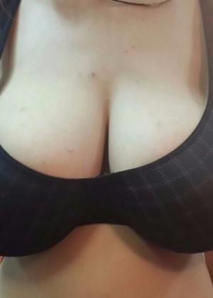 Большой бюст худой девушки