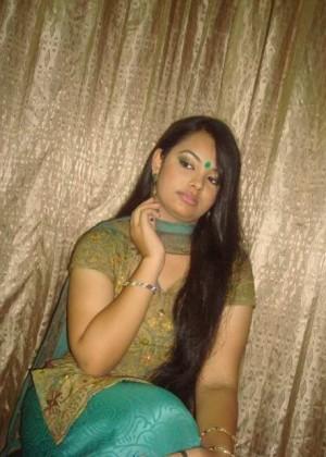 Красивая телка из Бангладеша изгибается перед тем как раздеться