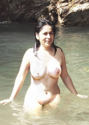 Симпатичная женщина из Перу купается и спит в отеле голая