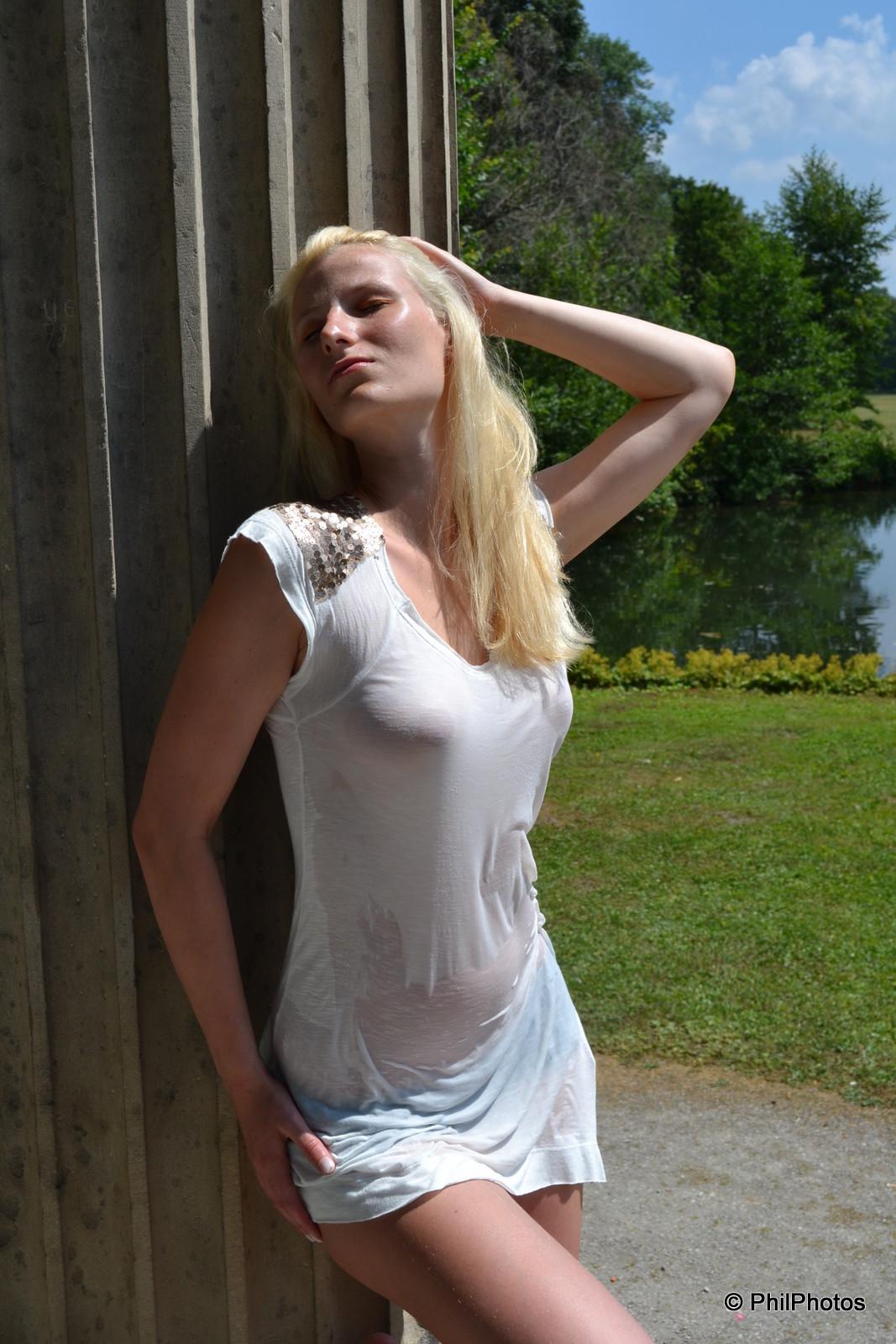 Блондинка раздевается в публичном месте