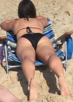 Милфа фитоняшка на пляже в бикини