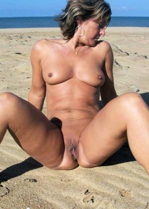 Пожилая мастурбирует на пляже перед мужчинами