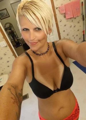 Стройная 40-летняя блондинка показала вареник