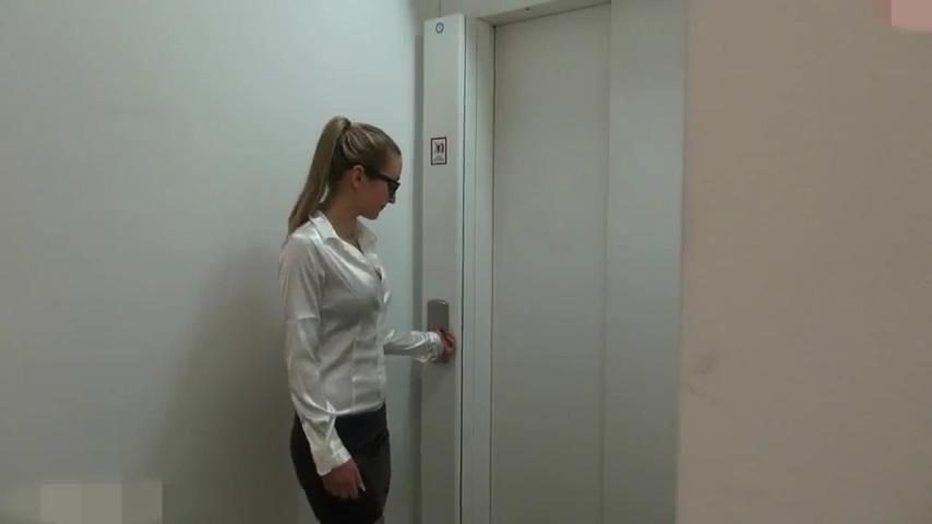 Трахнул сотрудницу офиса в лифте