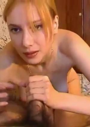 Девушка с возбужденными сосками сосет своему парню