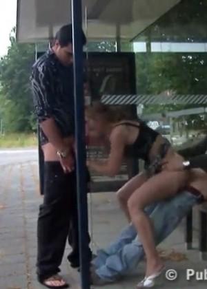 Ебут вдвоем блядь на автобусной остановке