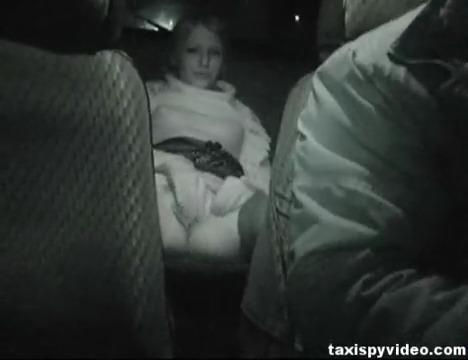 Русская пьяная телка мастурбирует в такси