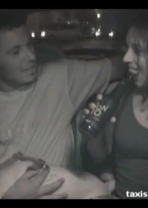 Пьяная пара ебется на заднем сиденье такси
