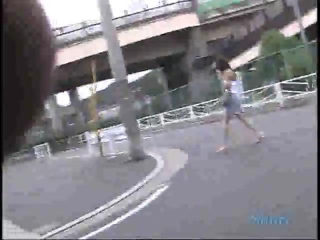 Срывает одежду с прохожих японок оголяя титьки