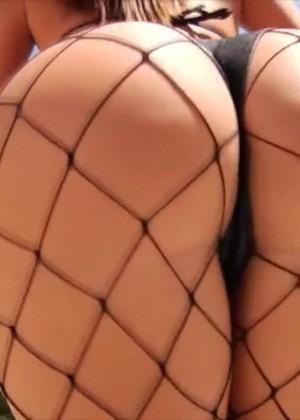Порно модель трясет булками