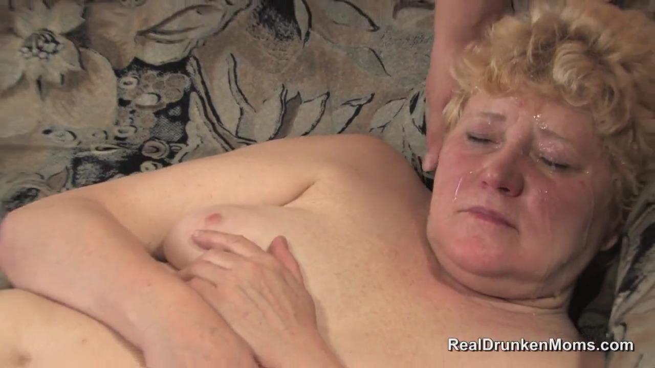 Парень трахает пожилую и вылизывает у нее все между ног