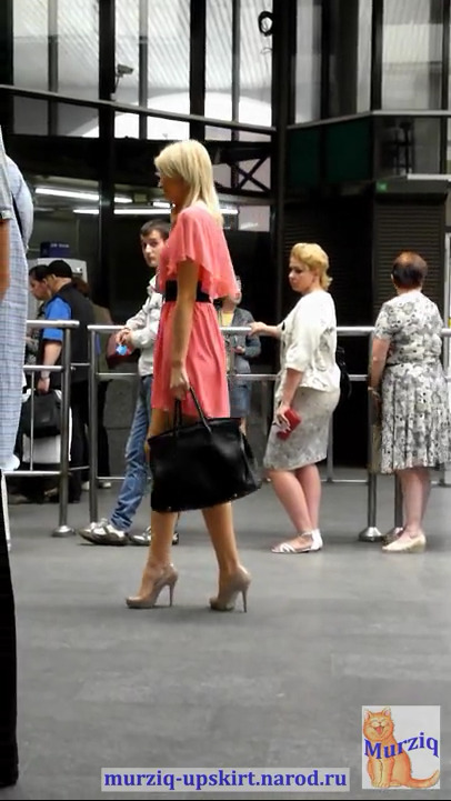 Под юбкой солидной блондинки в торговом центре