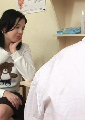 Волосатый доктор соблазнил молодую пациентку