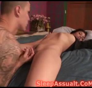 Аккуратно раздел и занялся сексом с привлекательной спящей брюнеткой
