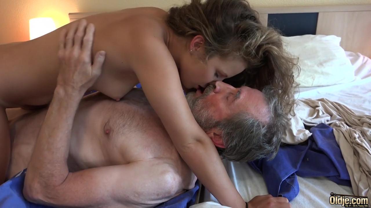 Женщина дала старому мужчине
