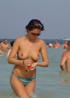 Сиськи на пляже - компиляция 17