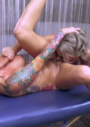 Непродолжительный массаж и долгий лесби секс на кушетке с неподдельными оргазмами