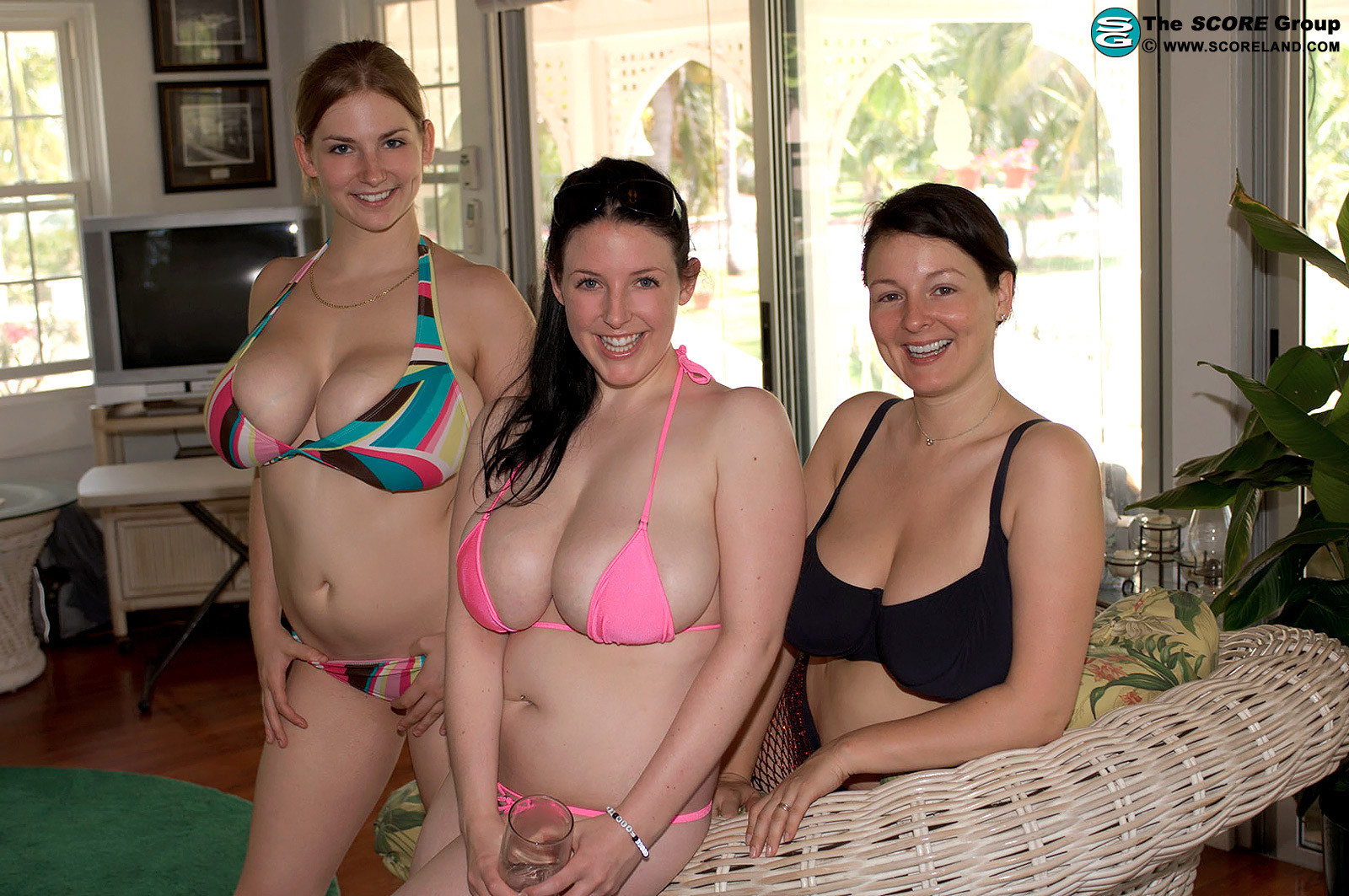 Взрослые женщины в купальниках и без них