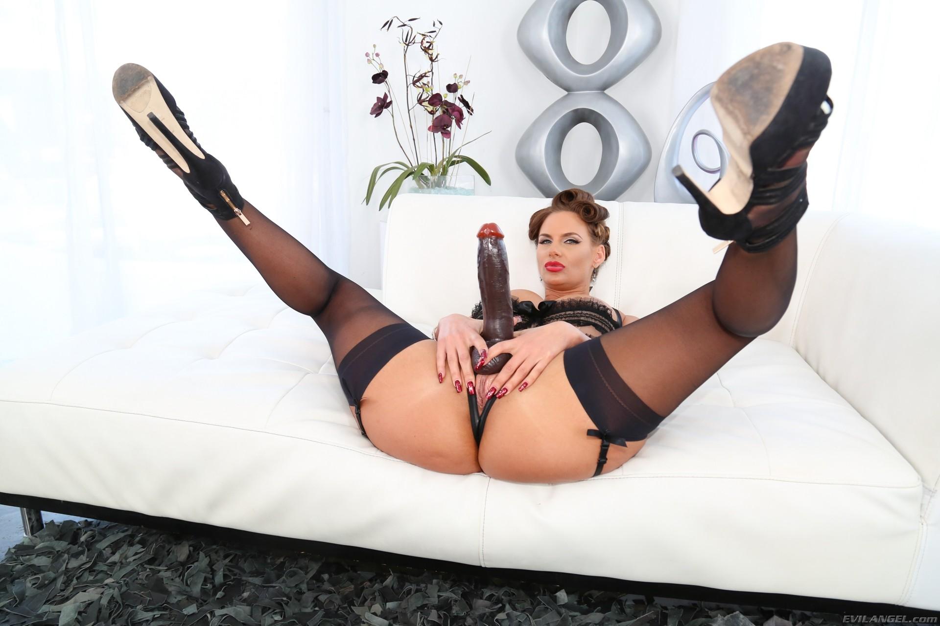 Секс с черным страпоном зрелых дамочек