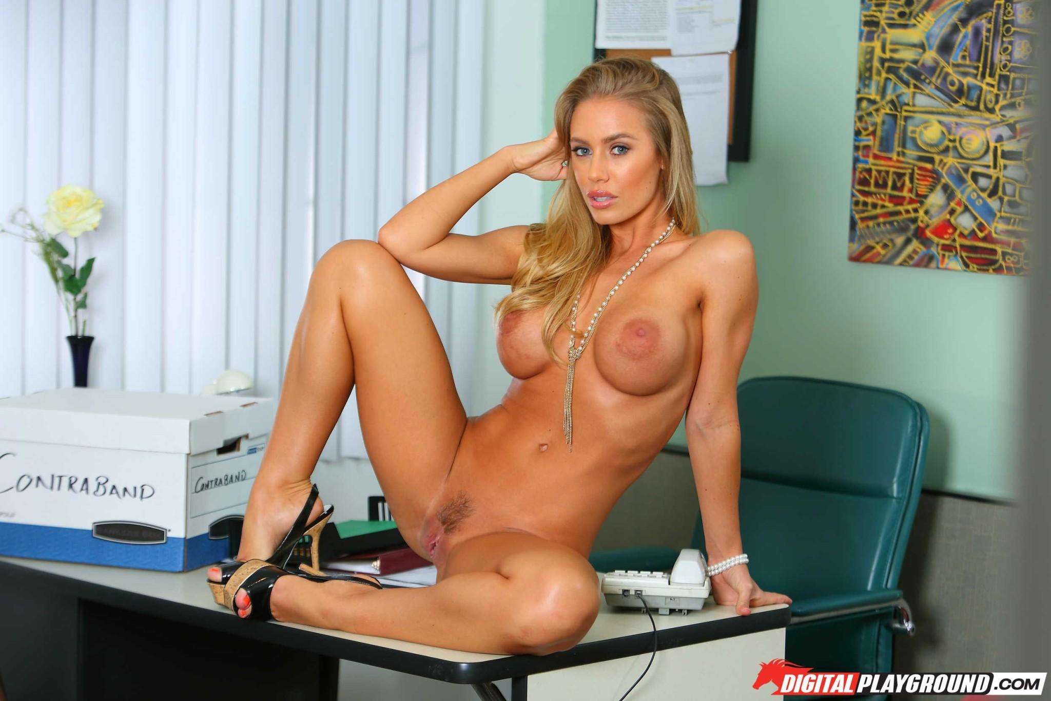 Блондинка с большими натуральными титьками мастурбирует на работе