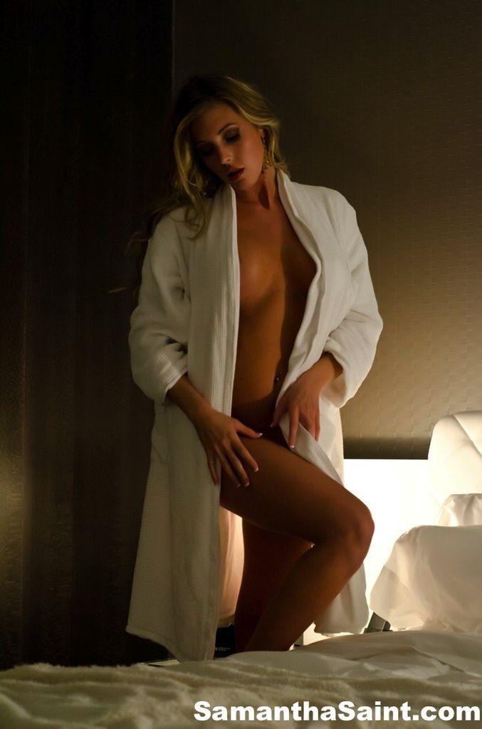 Девушка в халате мастурбирует на кровати, подружка любит сосать глотать
