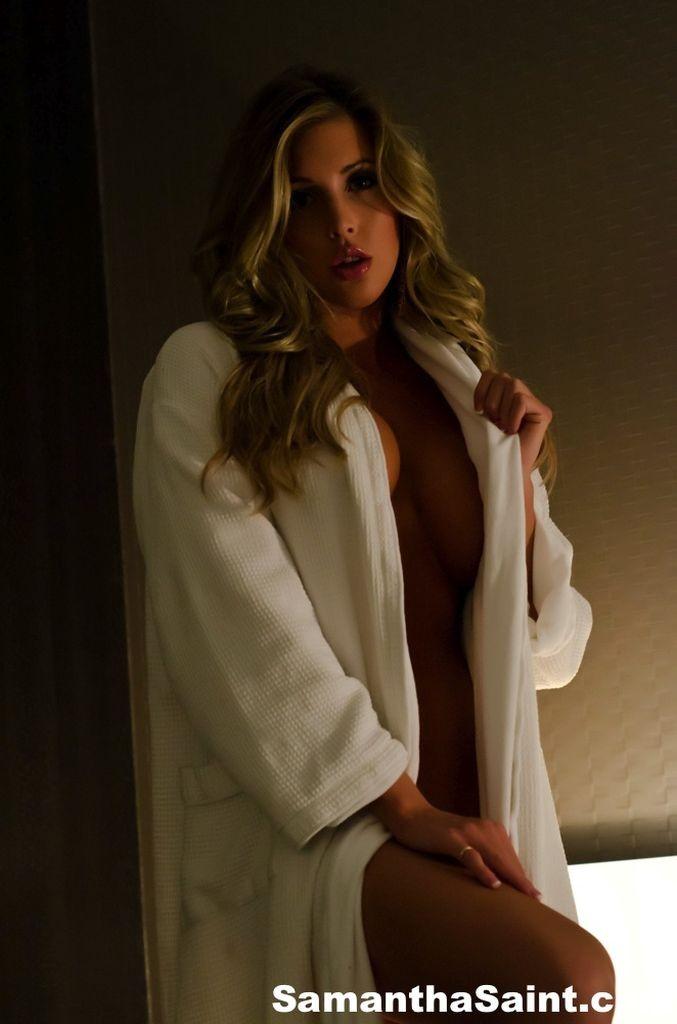 Снимая халат блондинка раздевается до гола и мастурбирует в своей кровати