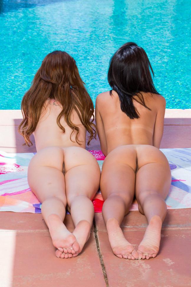 Две девушки разделись до гола возле бассейна