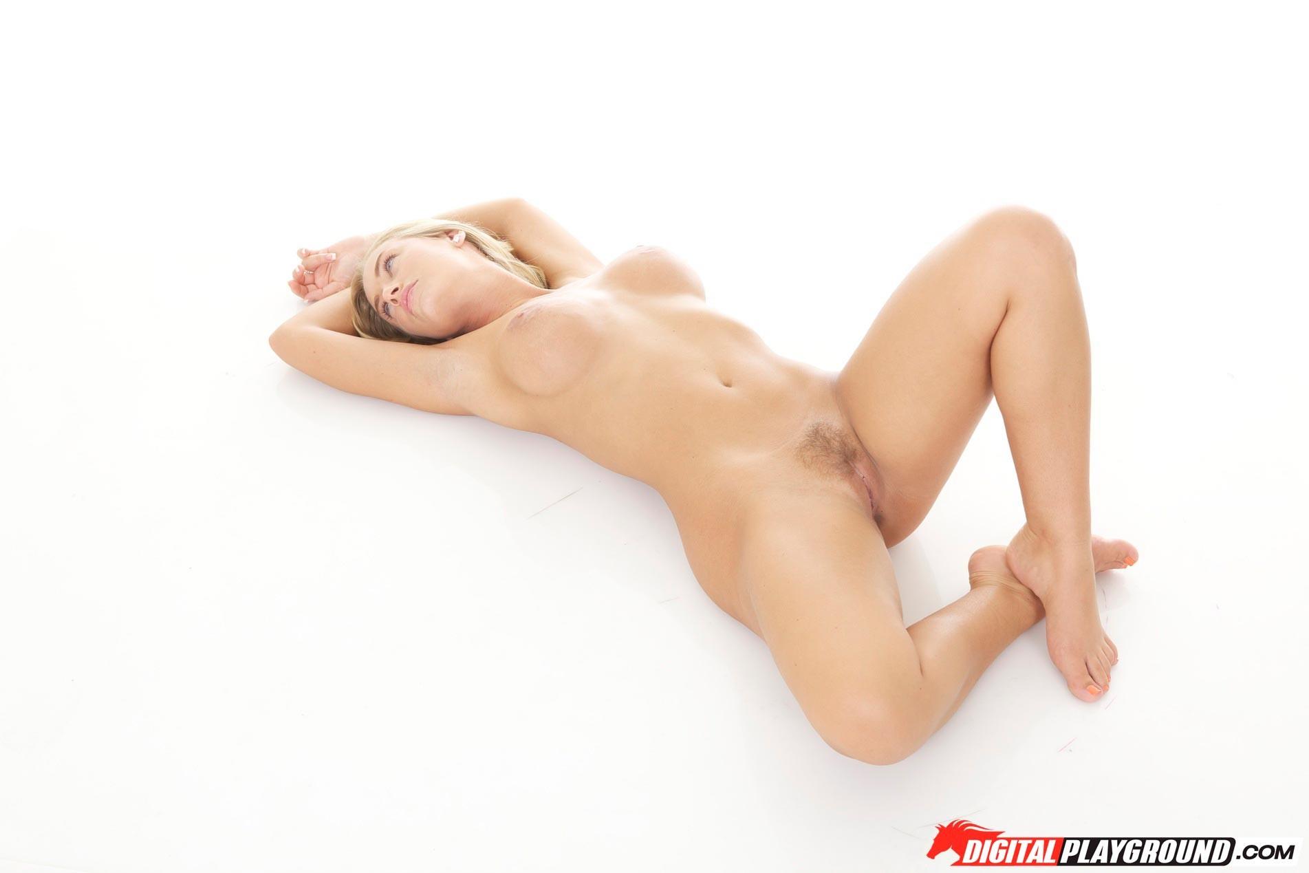 Блондинка с красивыми голыми сиськами