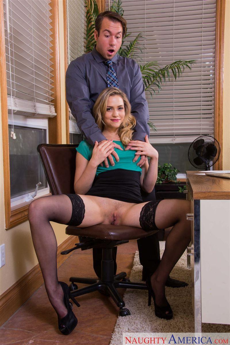 Сексуальная блондинка в чулках трахается на офисном столе