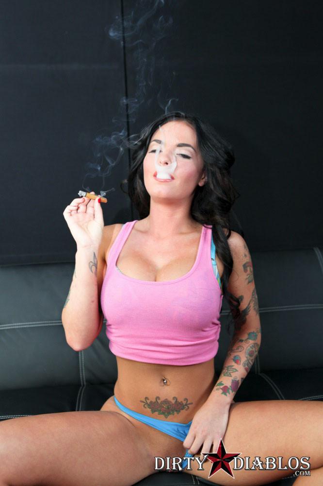 Блядивая брюнетка курит и сосет