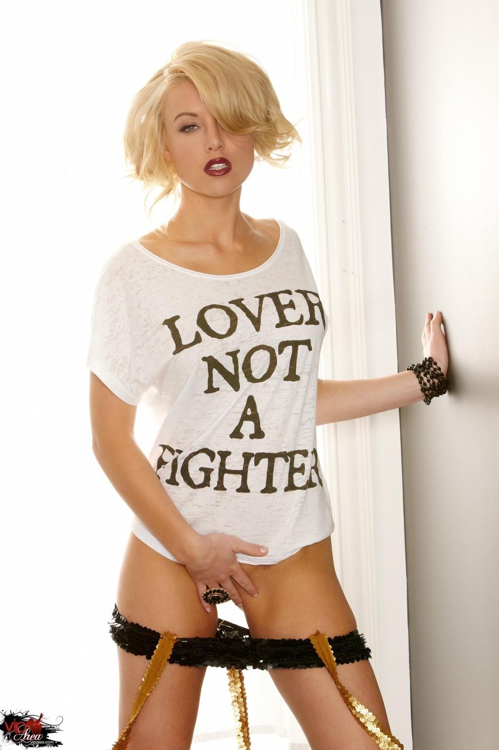 Кэйден Кросс - красивая блондинка, которая раздевается перед камерой и показывает точеную фигурку