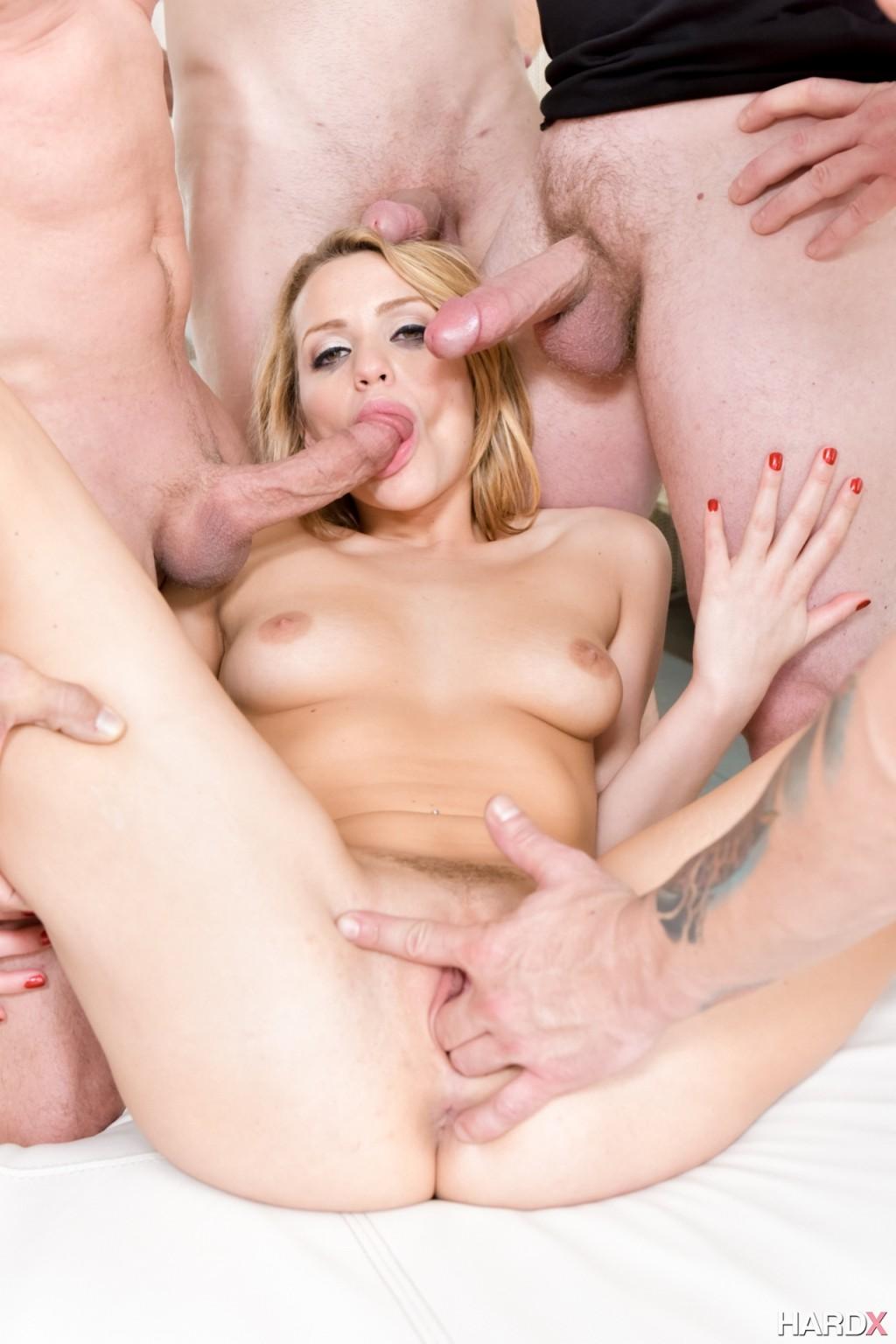 Блондинка в сексуальном белье сосет члены у кучи мужиков и глотает сперму
