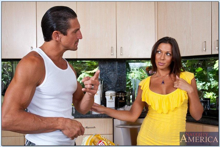 Сексуальная Рашель ебется на кухне в разных позах