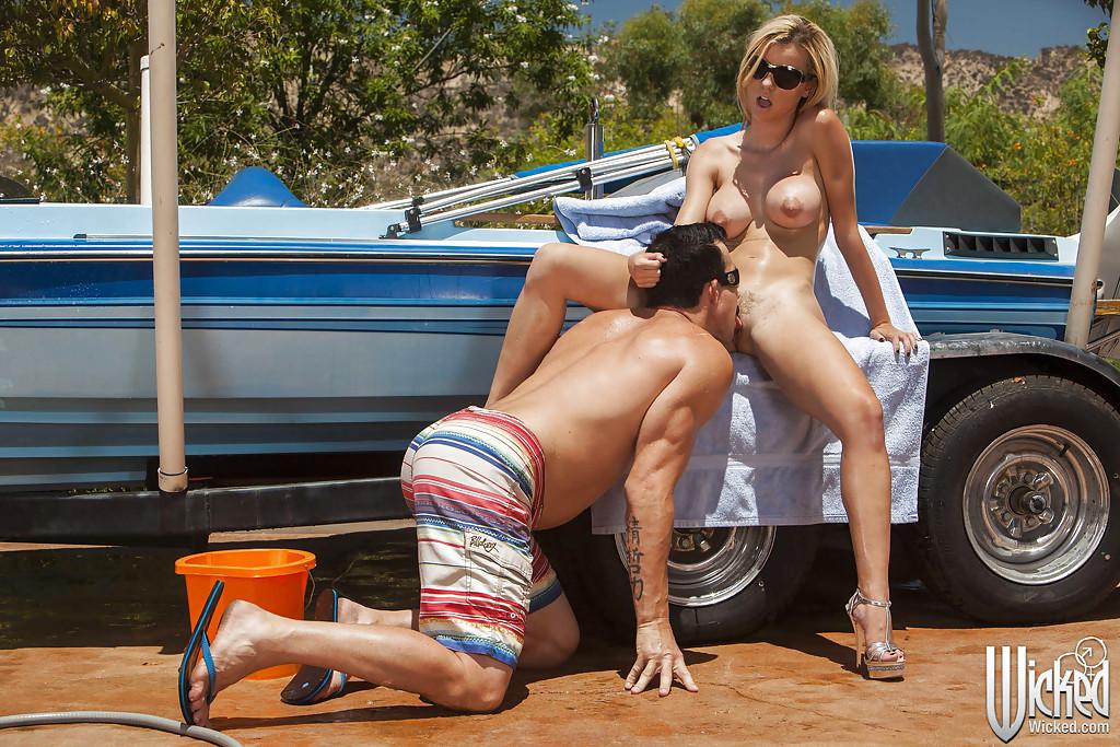 Секс на улице с блондинкой в солнцезащитных очках