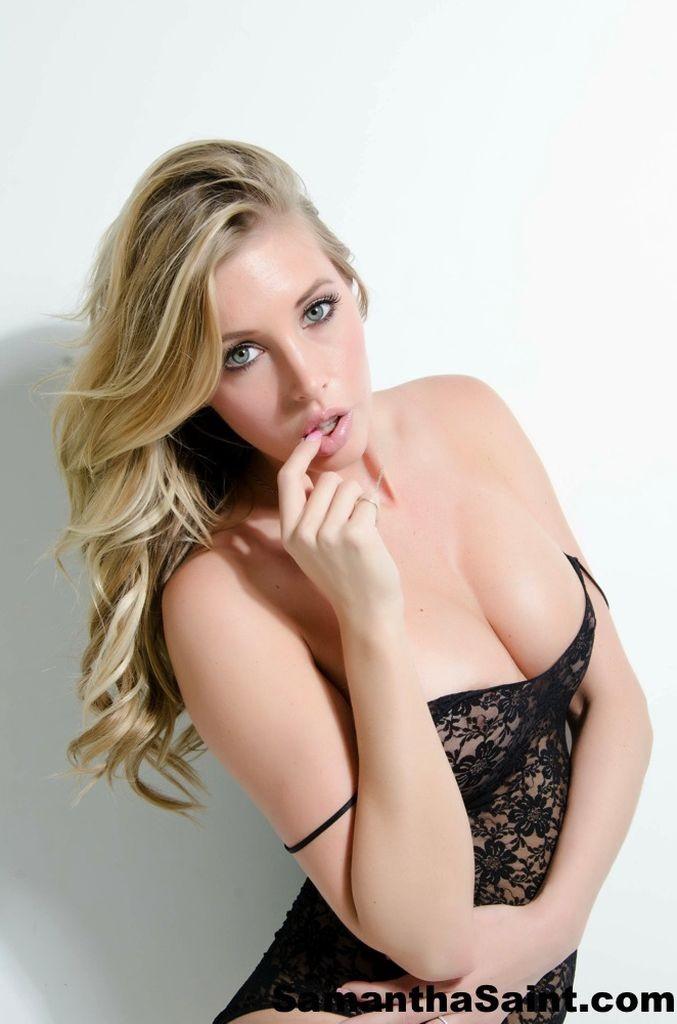 Сексуальная блондинка раздевается и показывает сиськи