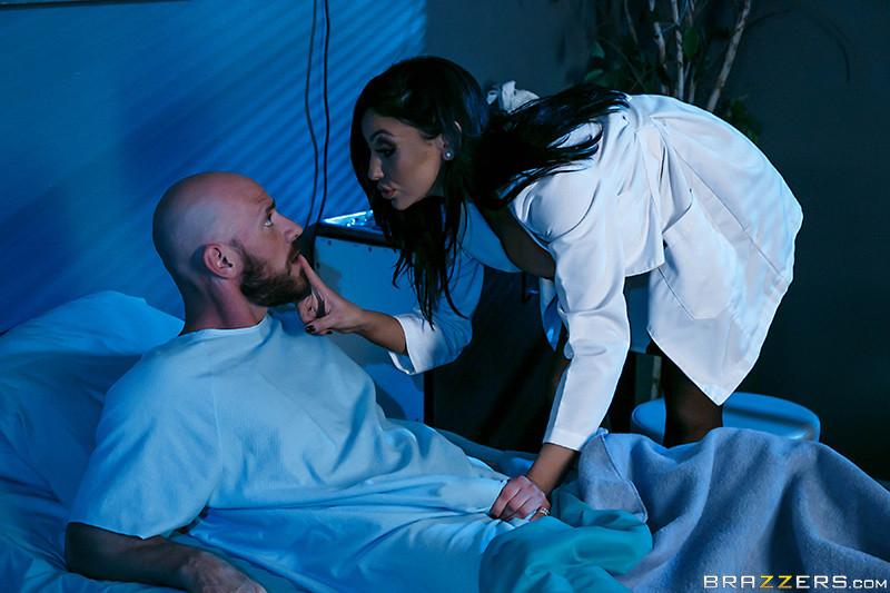 Больной трахнул свою жену и лечащую врачиху по очереди в больничной палате прямо на кровати