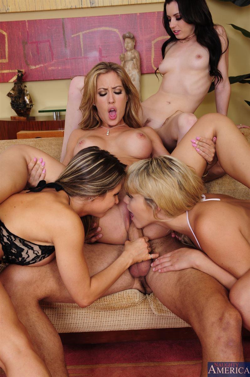 Четыре голые девушки в бикини мыли машину, а потом ебались с хозяином авто
