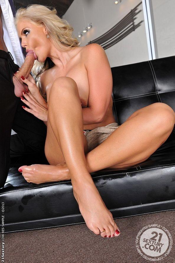 Ебет хуем зрелую блондинку на кожаном диване