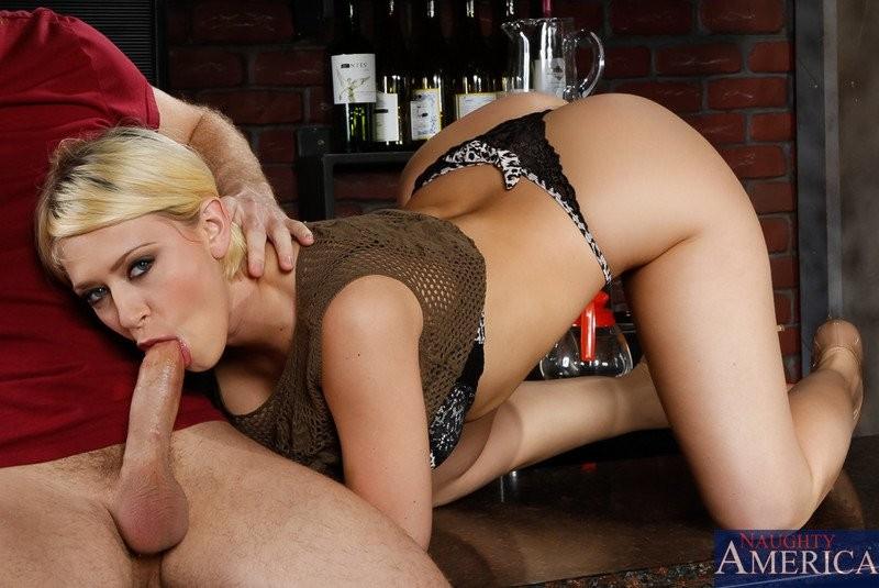 Трахает жопастую блондинку большим членом на барной стойке