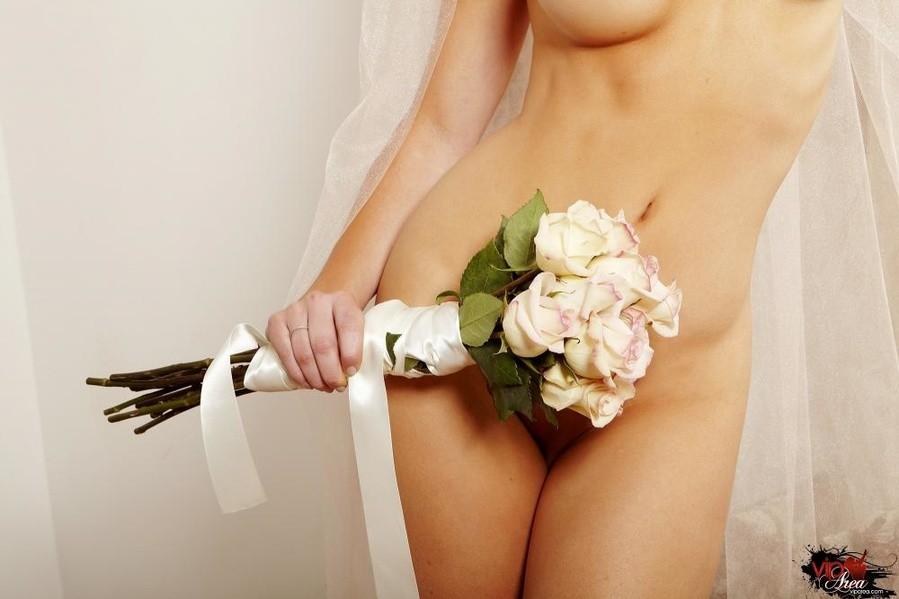 Голая пизда блондинки с букетом роз