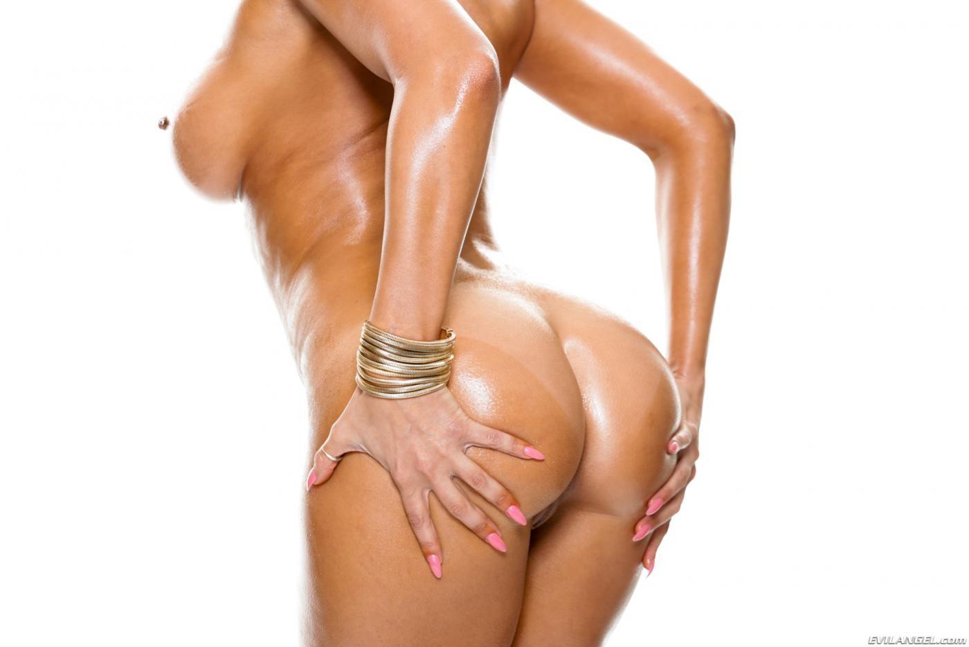 Шикарная голая брюнетка в масле